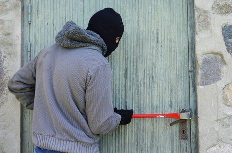 تفسير حلم رؤية سرقة المنزل أو لص في البيت في المنام