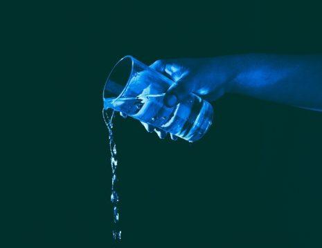 تفسير حلم رؤية سكب الماء في المنام وصبه على الارض لابن سيرين