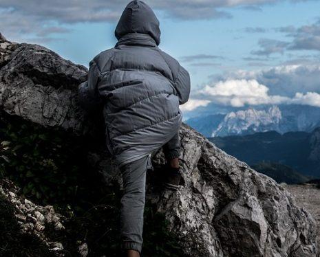 تفسير حلم رؤية تسلق الصخور في المنام