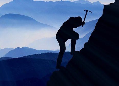 climbing mountaineering تفسير حلم تسلق الجبال وصعودها